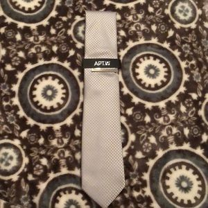 NWT! Apt. 9 Silver / Gray Tie w/ checkered pattern